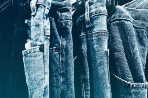 Mom dżinsy - jak je nosić?